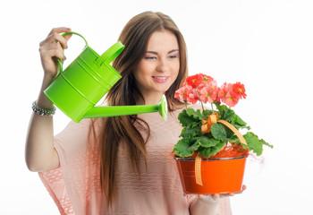 Mädchen gießt Topfpflanze