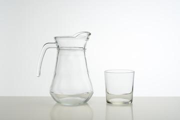 Jarra y vaso de cristal vacíos