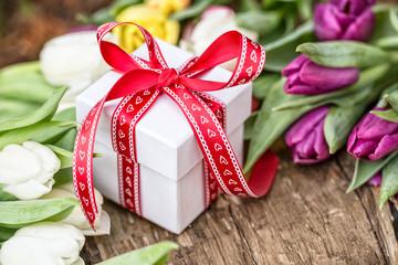 Frühling buntes Geschenk und Tulpen