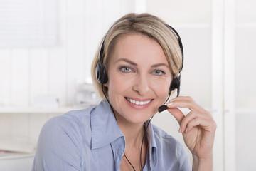 Attraktive lachende ältere Frau im Telefonverkauf