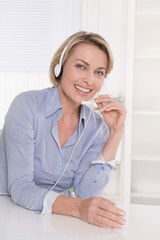 Business Frau mit Headphone im Beratungsgespräch im Büro