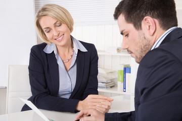 Meeting oder Teamarbeit: zwei Kaufleute im Büro