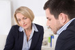 Business Mann und Frau im Beratungsgespräch im Büro