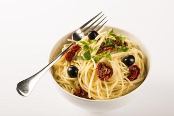 Plato de espaghetti con tomate y aceitunas