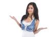 Schöne junge südländische Frau in Jeans mit langen Haaren
