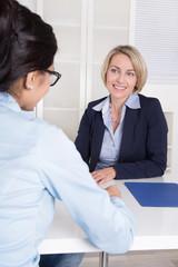 Bewerbungsgespräch: Zwei Business Frauen im Gespräch