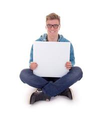 Sitzender Teenager mit weißem Schild