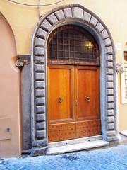 Porta d'ingresso con arco