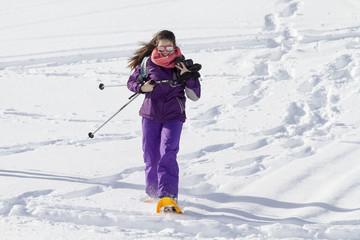 Joven corriendo con raquetas de nieve