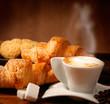 Cappuccino caldo con cornetti