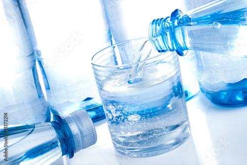 canvas print picture Mineralwasser Flaschen und Glas
