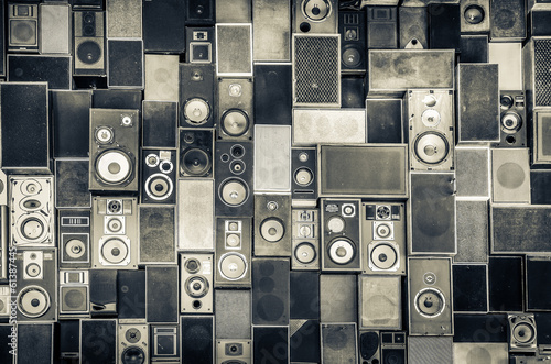 Aluminium Muziekwinkel Music speakers on the wall in monochrome vintage style