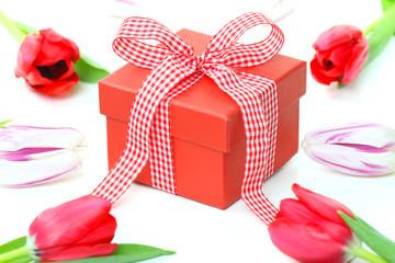 Geschenkkarton und Tulpen