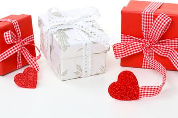Geschenke in rot und weiß mit Herz