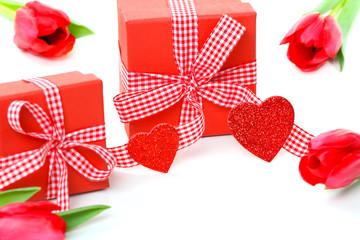 Geschenke mit Herzen und Tulpen
