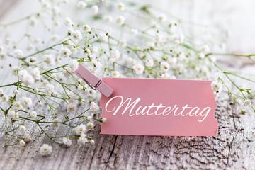Kärtchen mit Aufschrift und Blumen
