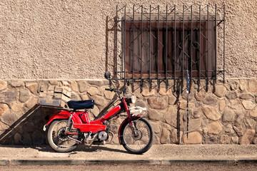 Pueblos de España. Detalle de moto y casa