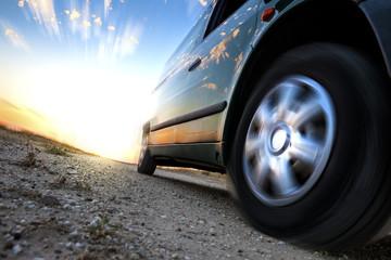 Concepto de velocidad y coche.Detalle de rueda girando