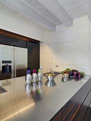 ortaggi e frutta sul piano di acciaio in cucina