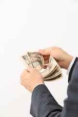 お金を数える男性