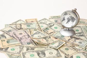 ドルと地球儀