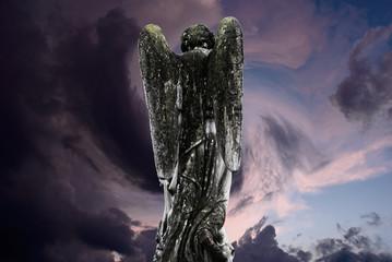 angelo in cammino verso il cielo