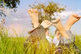 Fototapety Paar auf Wiese im Sommer Urlaub