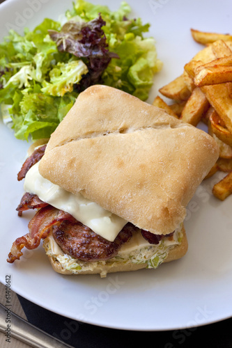 Hamburger avec bacon et steak, frites et salade