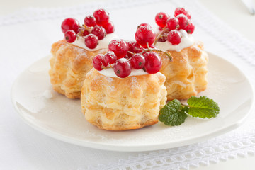 Puff pastry with cream and currant.