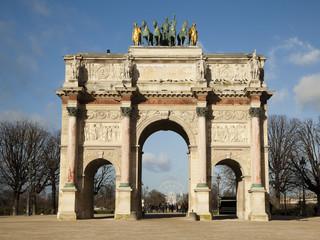 Триумфальная арка со стороны музея Лувр на фоне парка Тюильри