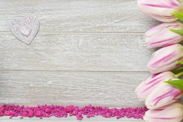 Tulpen und Herz auf Holzhintergrund