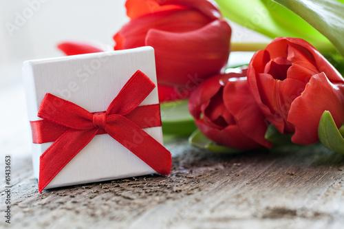 canvas print picture Geschenk und Tulpen auf Holz