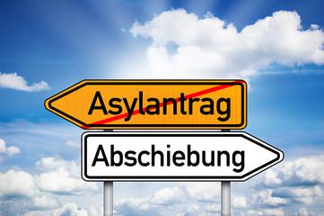 Wegweiser mit Asylantrag und Abschiebung