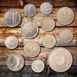 monete su fondo legno