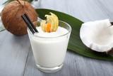Fototapety frullato di cocco in bicchiere di vetro