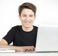 Teenager am Notebook