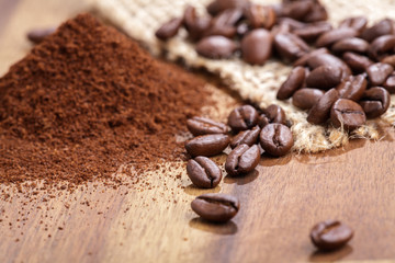 Kaffeebohnen und Kaffeepulver