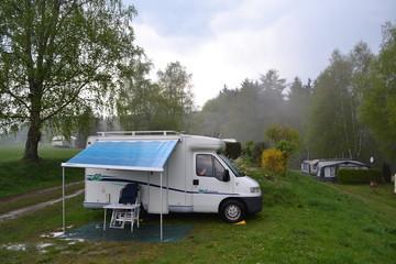 camper op regenachtige camping