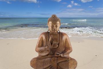 bouddha bois sur plage, concept yoga, bien-être ...