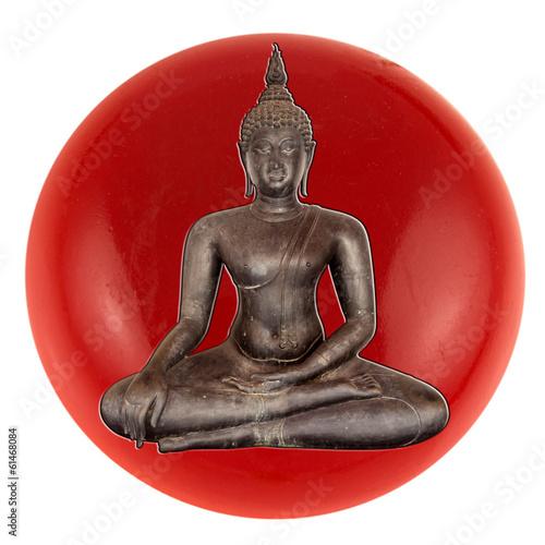 bouddha noir incrusté dans bouton rouge