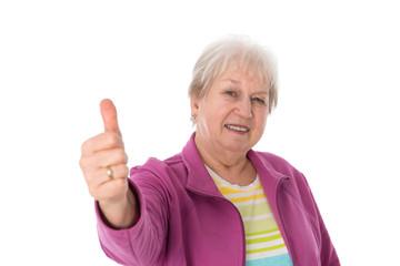Seniorin hält Daumen hoch
