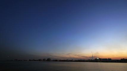 京浜工業地帯のサンセット(羽田空港付近 次々と着陸する旅客機)インターバル撮影