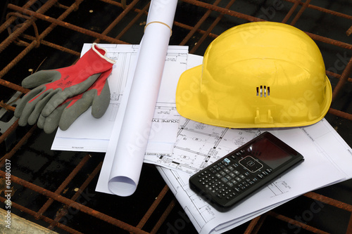 casque de chantier, plans, calculatrice et gants