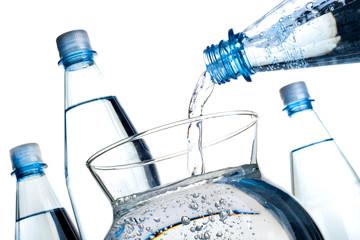 Mineralwasser Flaschen und Glaskaraffe