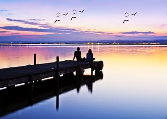 novios esperando el amanecer