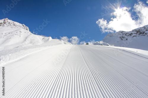 Aluminium Wintersporten perfectly groomed empty ski piste