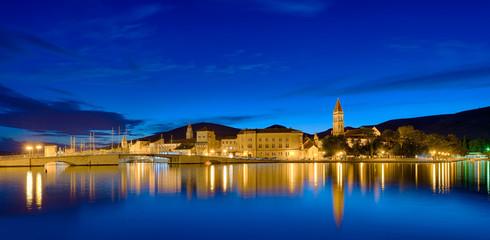 Trogir Kroatien  Panorama beleuchtet