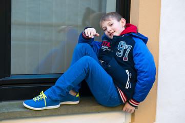 Junge auf der Fensterbank