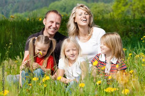 Glückliche Familie im Frühling auf Wiese