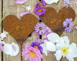 Alte Liebe: Rostige Herzen mit Blumen auf Holz :)
